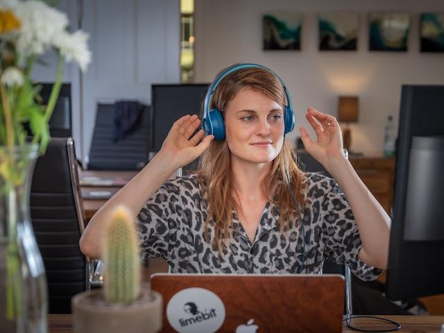 Anja beim Arbeiten mit Kopfhörern