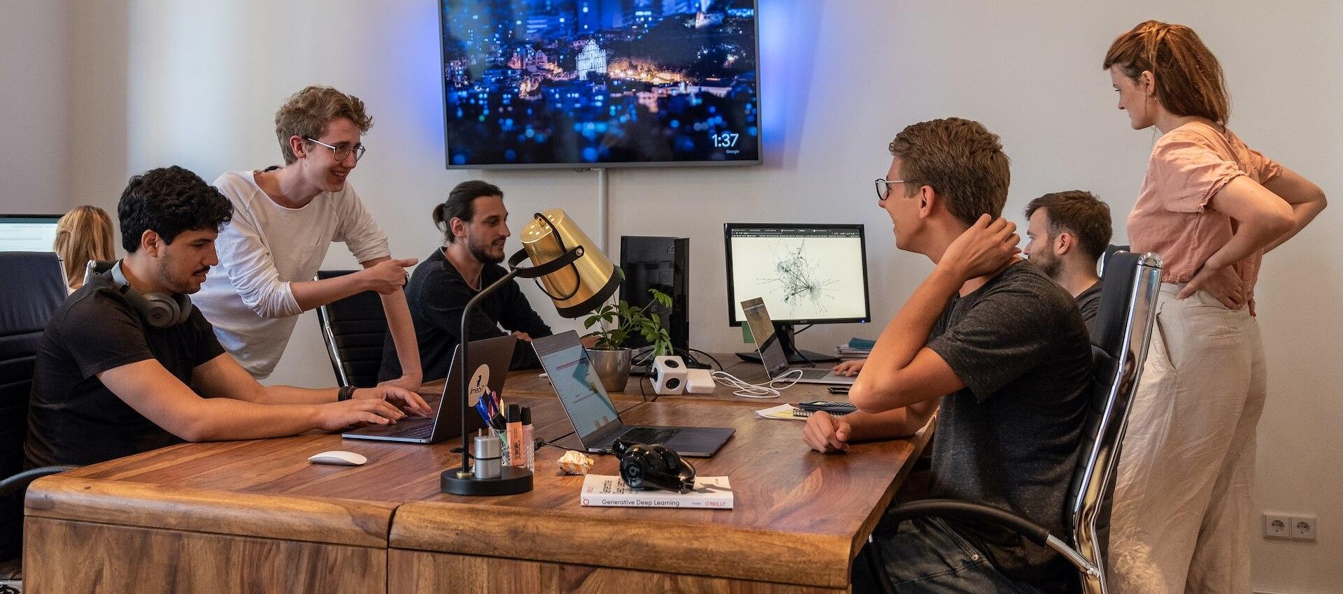 Das Limebit Team arbeitet im Büro an Machine Learning Projekten für Kunden