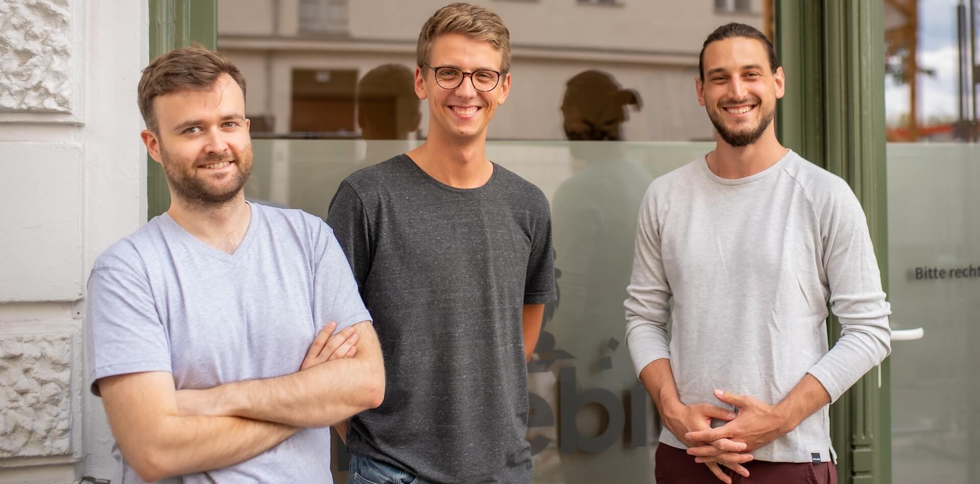 Die Limebit Gründer Florian, Philipp und Oliver vor dem Büro