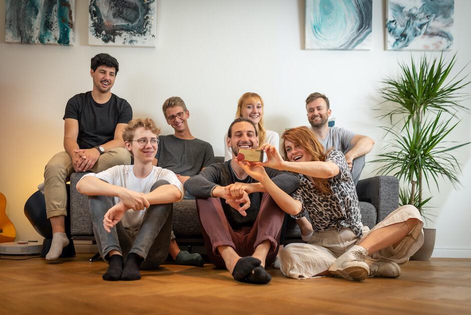 Teamfoto von Limebit auf der Couch im Büro