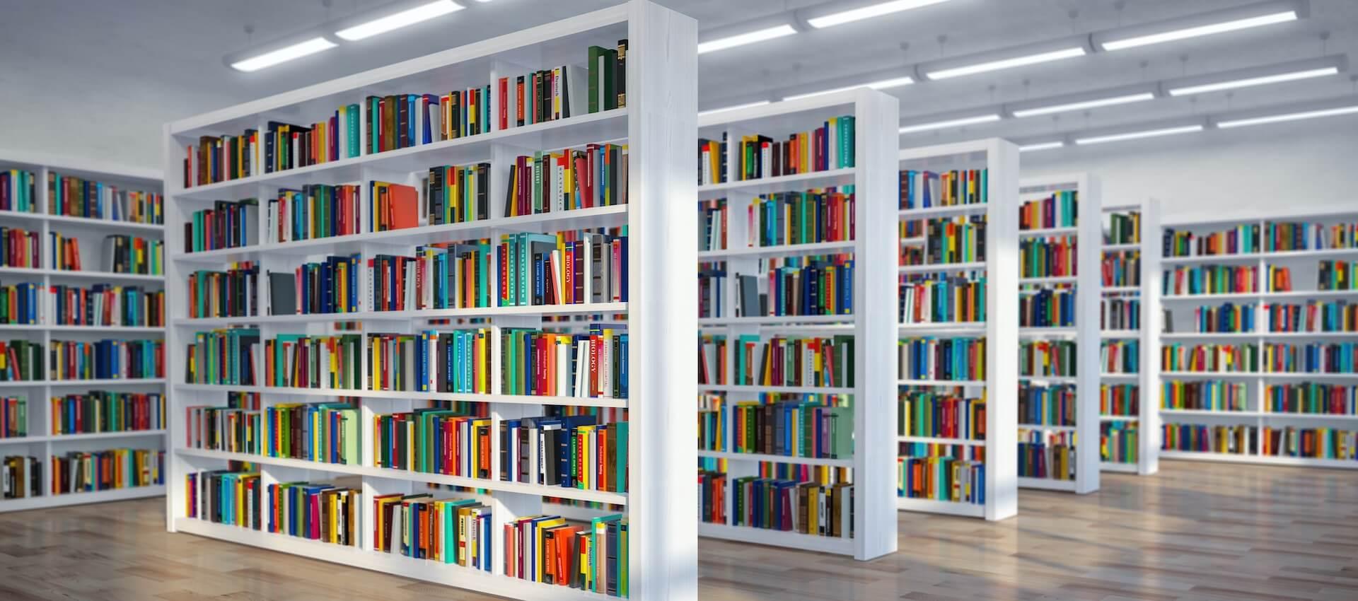 Foto einer Bibiliothek mit vielen Bücherregalen