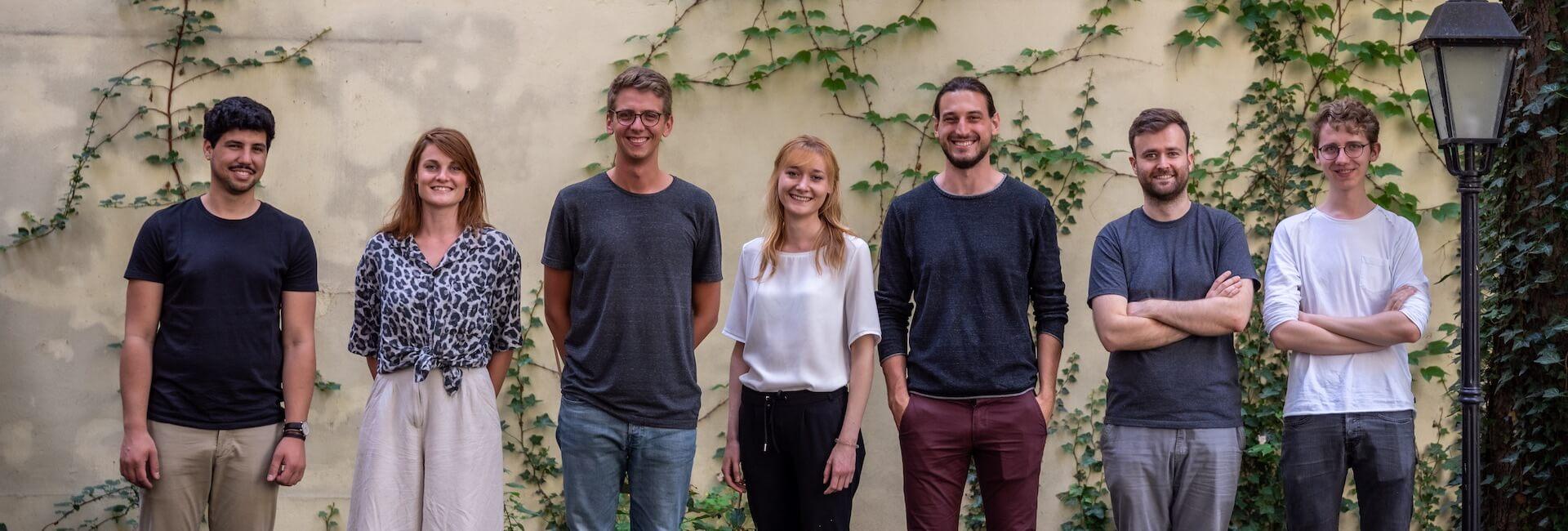 Limebit Teamfoto draußen im Hinterhof