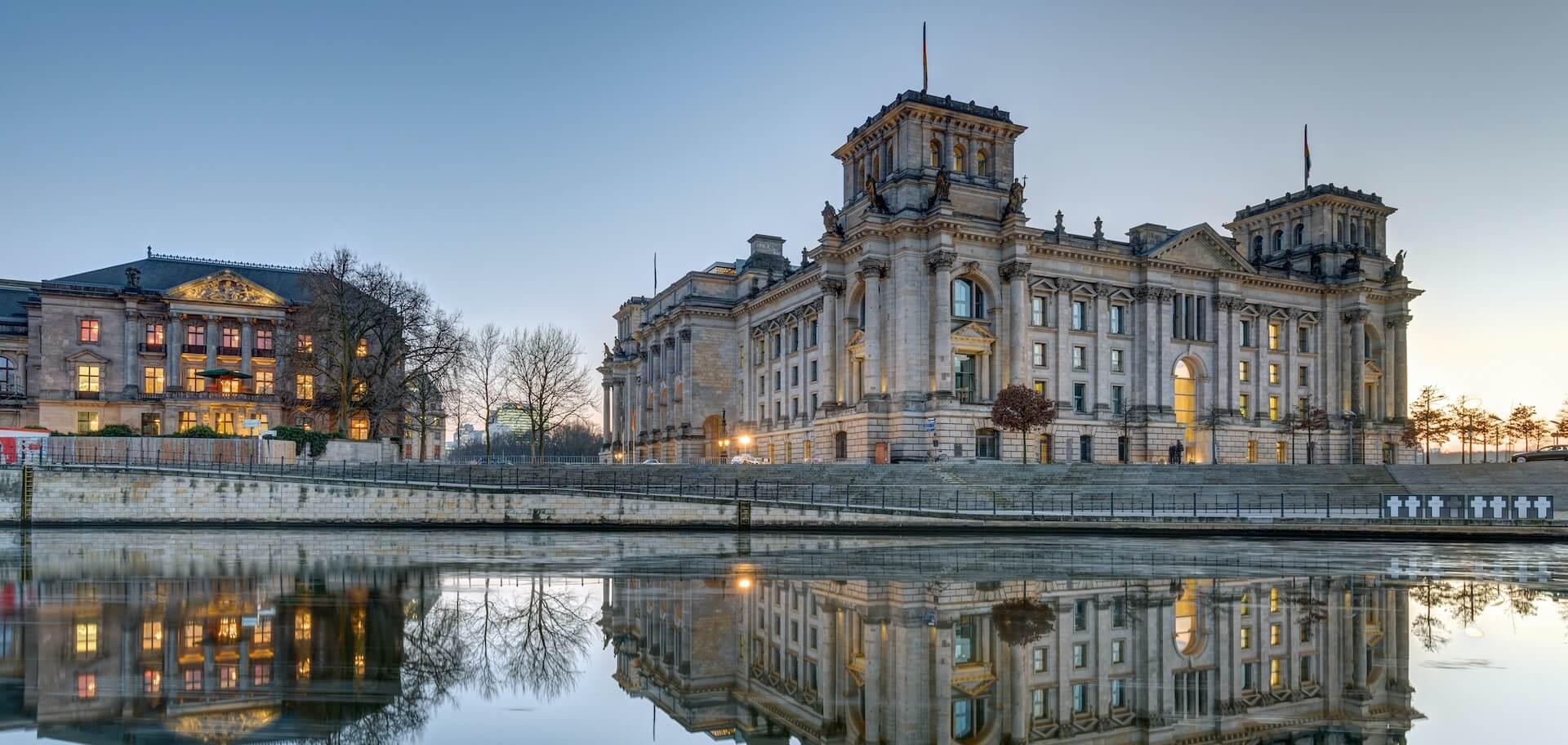 Blick von der Spree auf das Reichtstagsgebäude in dem der deutsche Bundestag tagt.