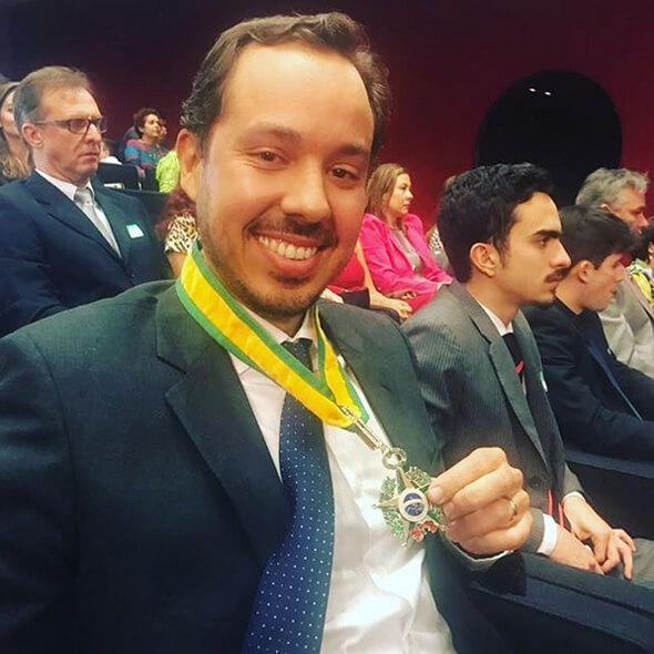 gustavo caetano recebendo medalha jk