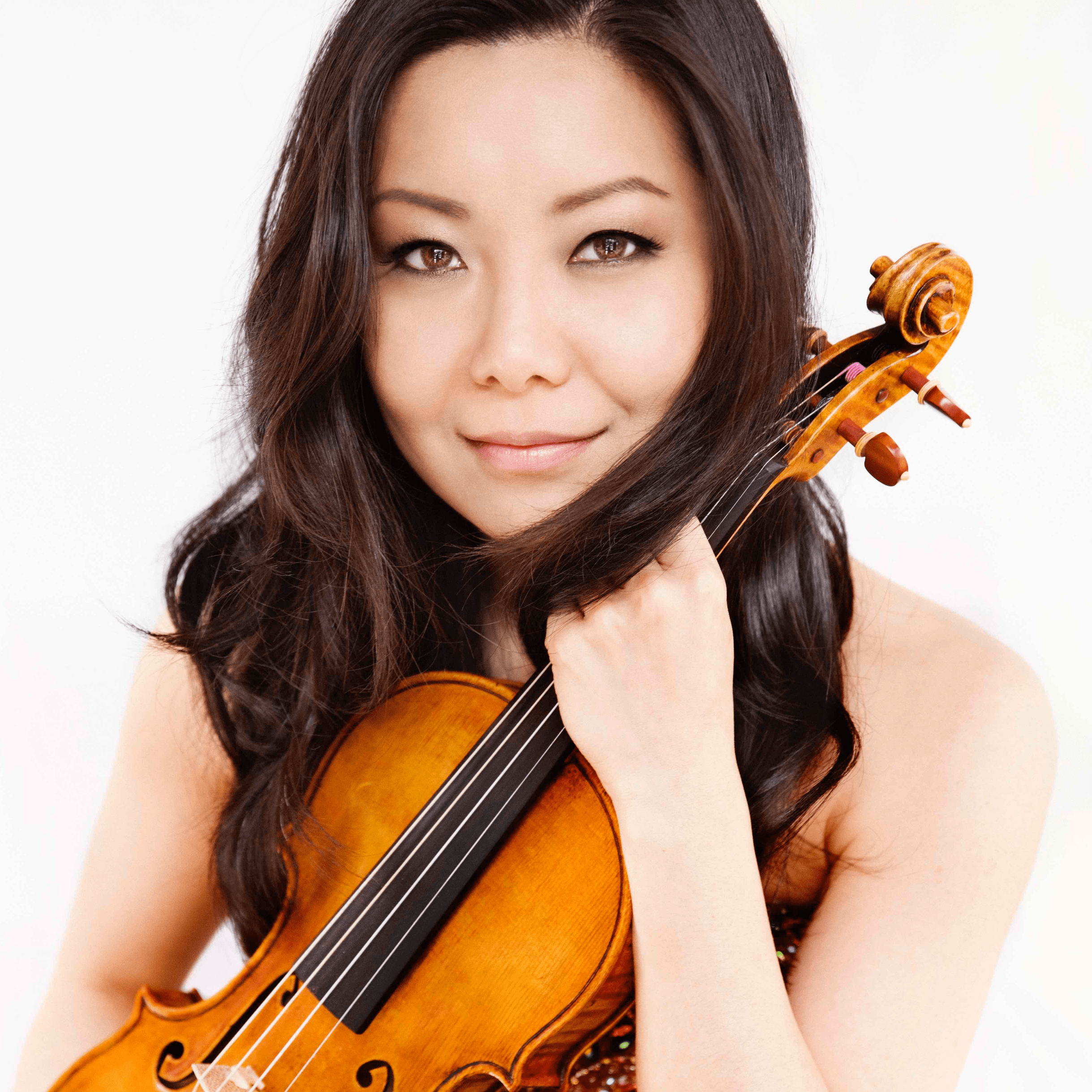 Female classical violinist Yi-Jia Susanne Hou on the Liam Pitcher website holding her violin.
