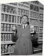 Edouard Leclerc dans un de ses premiers supermarchés