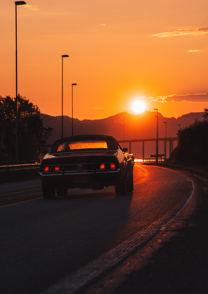 Bil som kjører i midnattssol