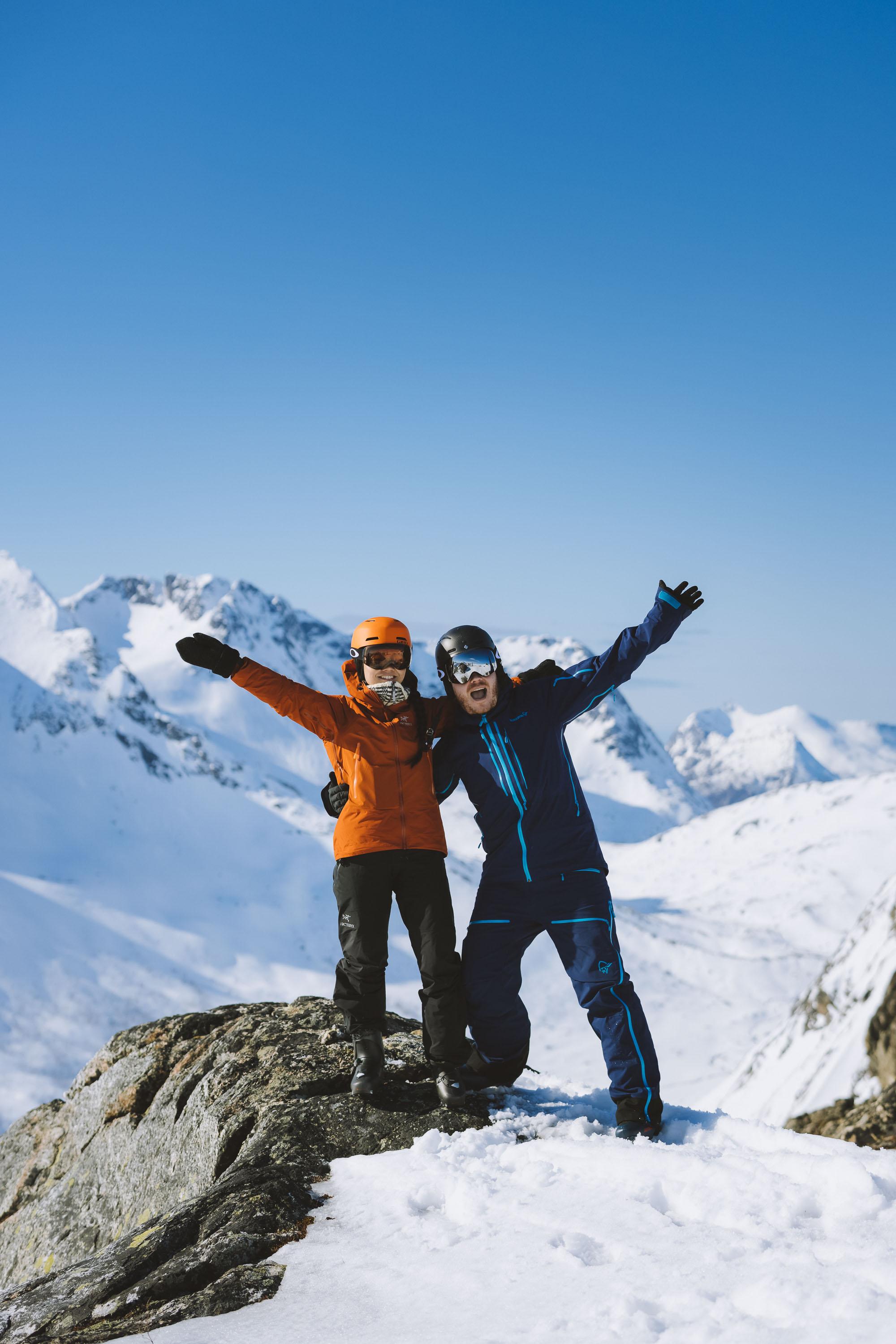 To randonee-skiløpere på toppen av Tverrfjellet