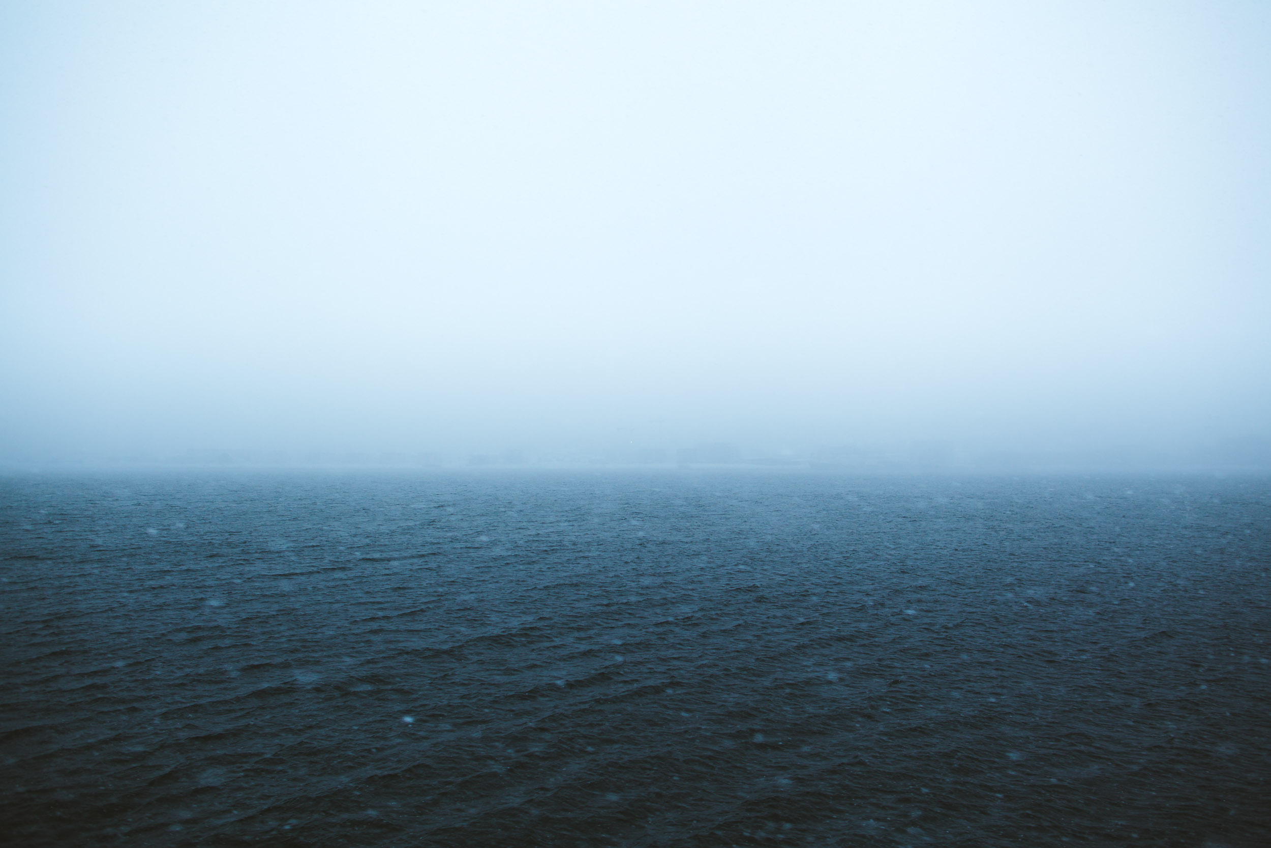 Rolig sjø i snøvær