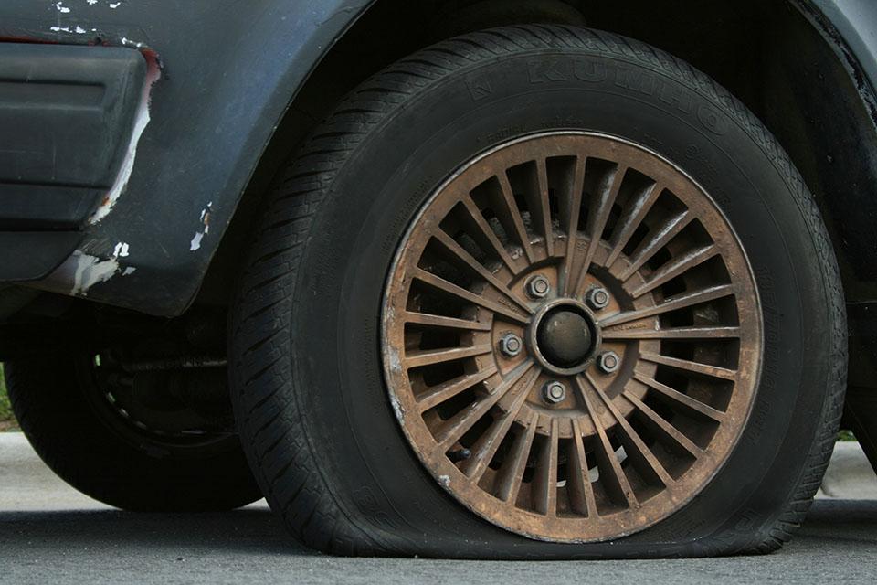 O que eu devo fazer quando o meu pneu furar?