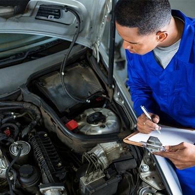 Com qual frequência devo fazer manutenção no meu carro?