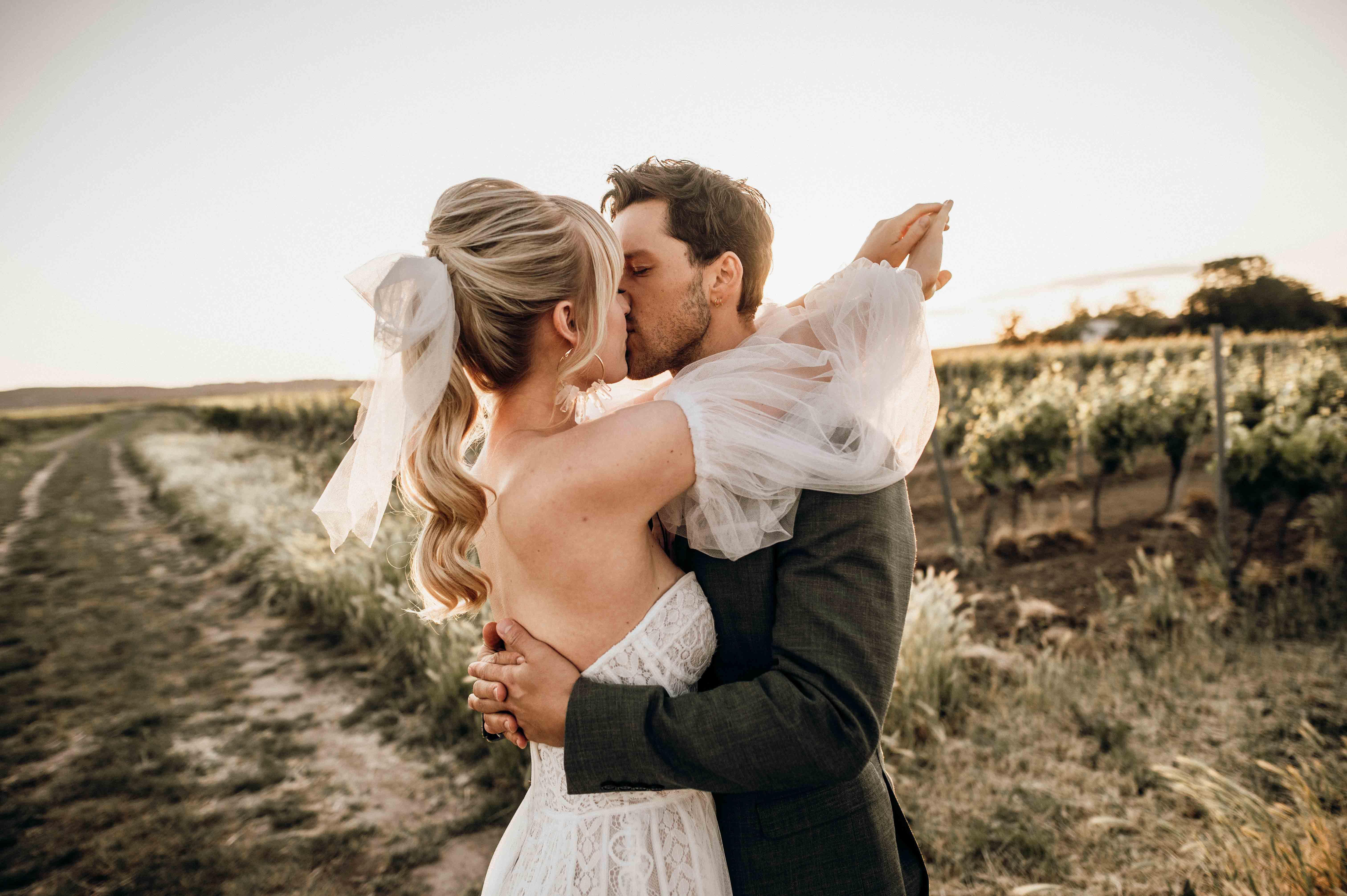 Hochzeit mit Oldtimer Paar glücklich
