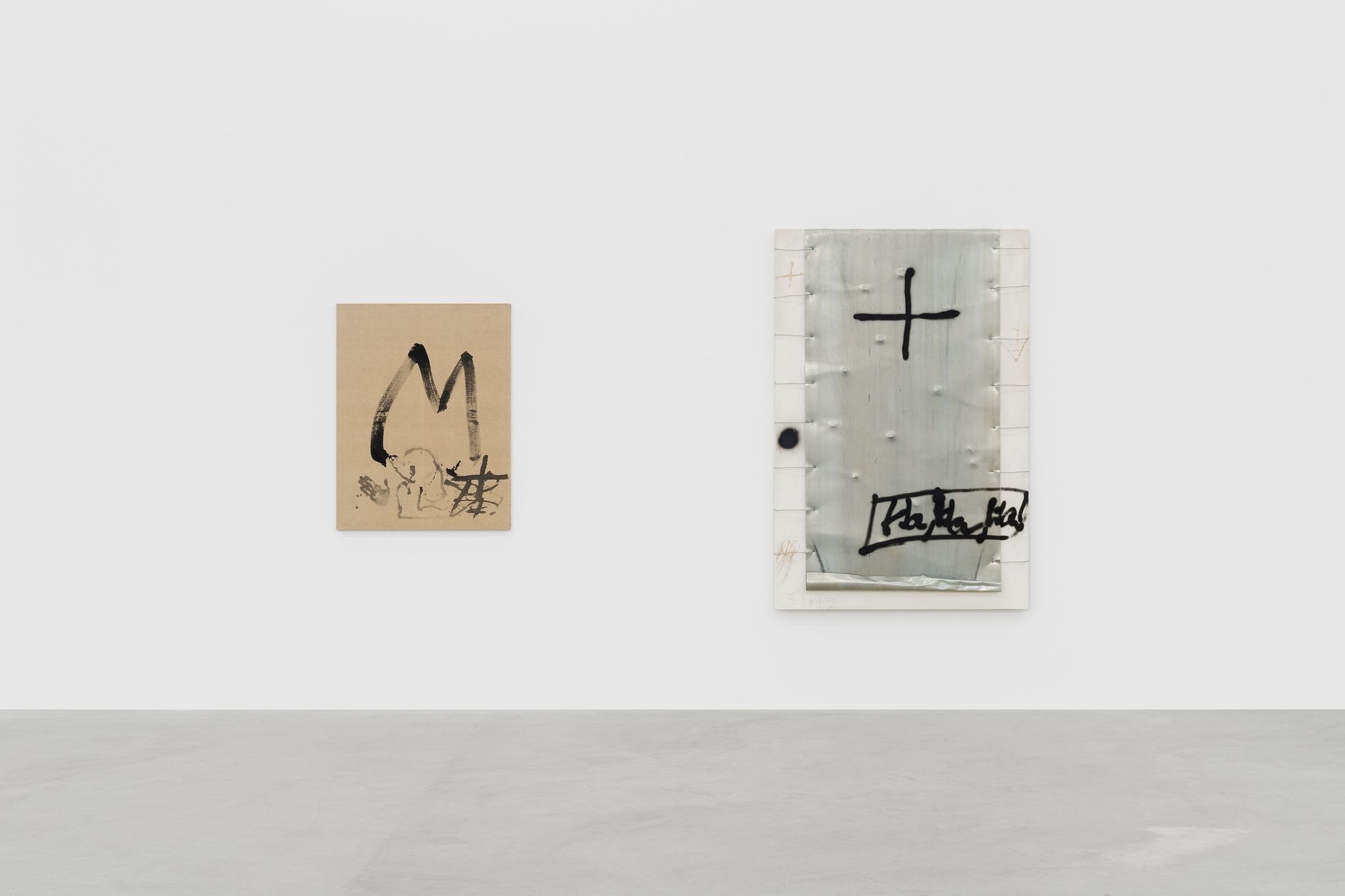 Installation view of Antoni Tàpies' exhibition at Almine Rech Brussels - Courtesy of the Estate of the Artist and Almine Rech © SABAM Belgium 2020 / Photo: Hugard & Vanoverschelde photography