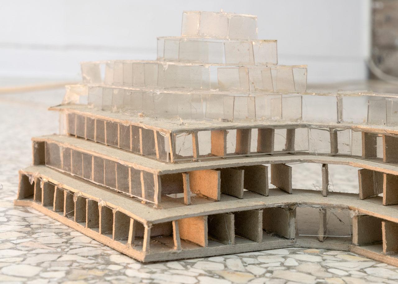 Ian Kiaer, Endnote, tooth (grey), 2017, endnote (ping), 2020, Installation View, Heidelberger Kunstverein, 2020 © Heidelberger Kunstverein / Wolfgang Günzel