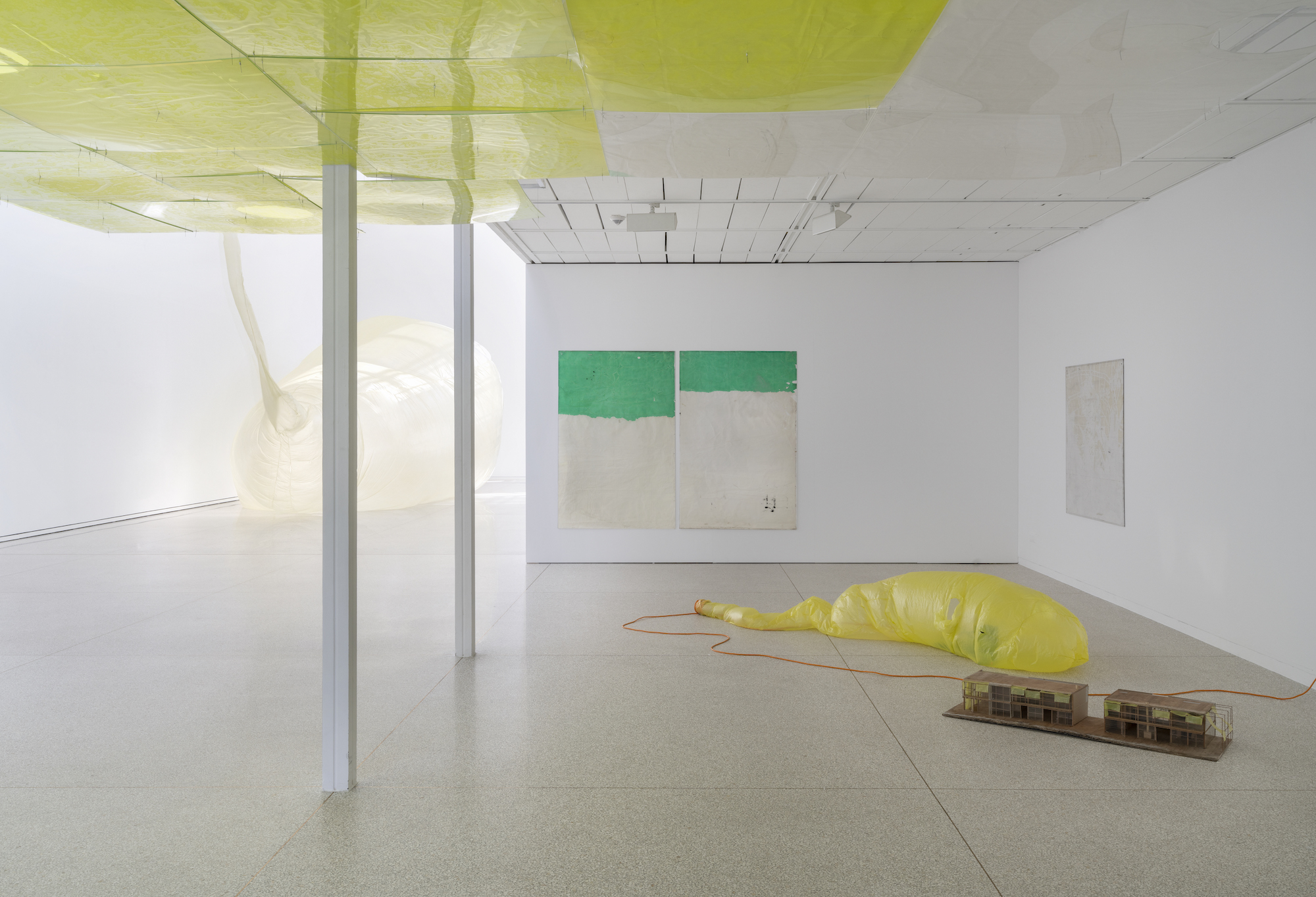 Ian Kiaer, Endnote, tooth (green), 2017, endnote (ping), 2020, Installation View, Heidelberger Kunstverein, 2020 © Heidelberger Kunstverein / Wolfgang Günzel