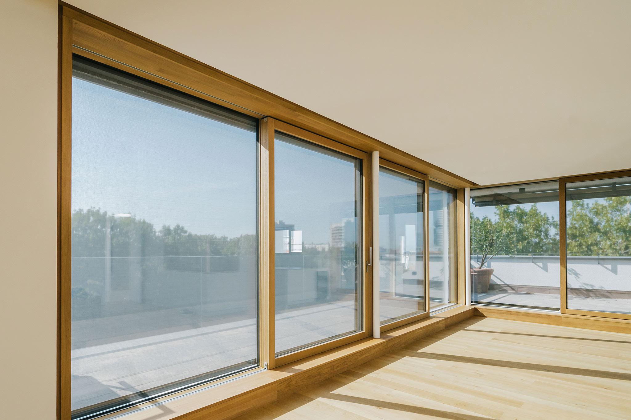 Sarger Architekten: Energetische Sanierung eines mehrgeschossigen Wohngebäudes mit 35 Wohneinheiten in München. Umbau und Sanierung einer vorhandenen Penthouse Wohnung sowie Dachgeschossausbau eines vorhandenen Speichers zu einer Wohneinheit.