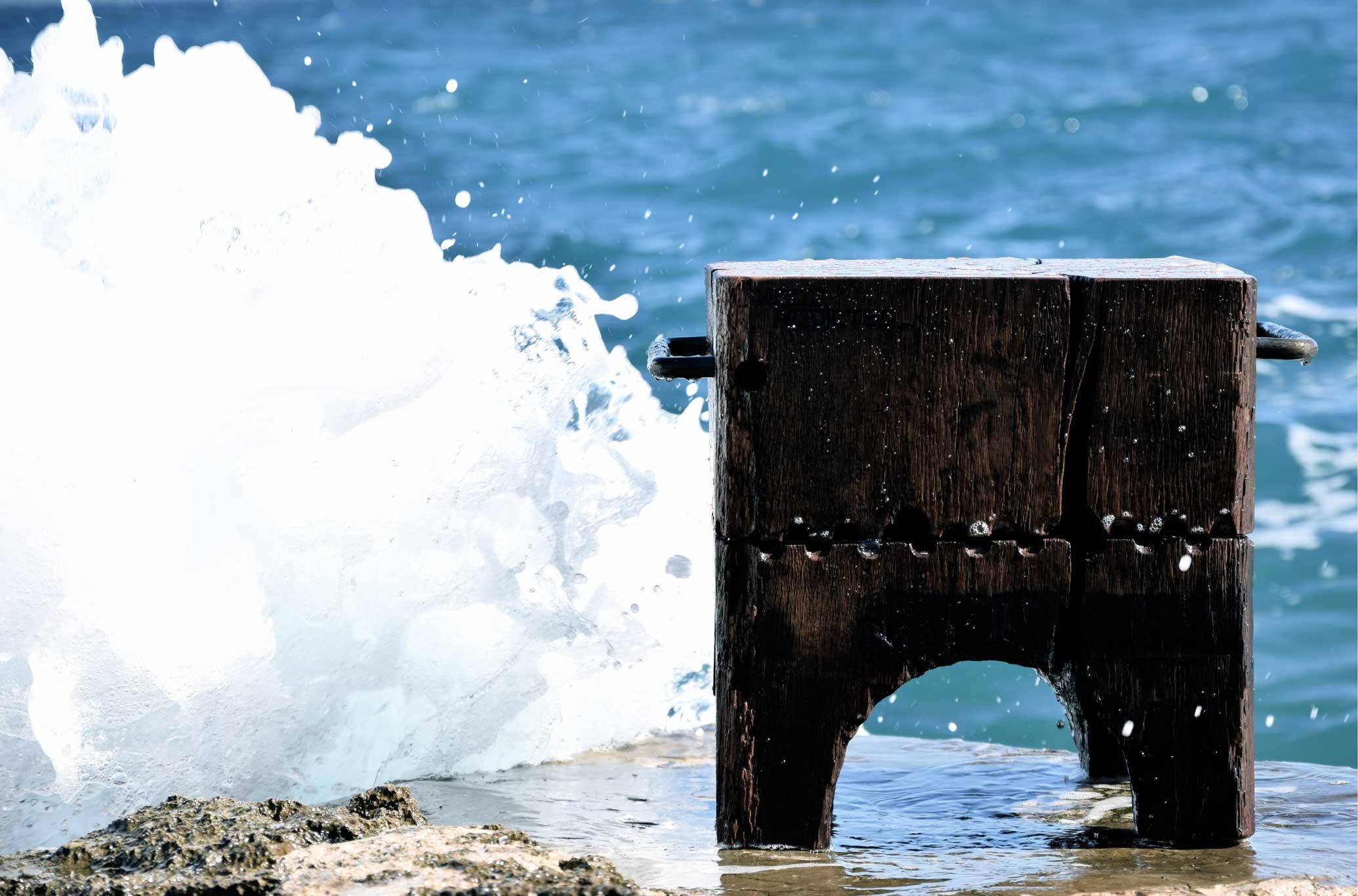 Holzstuhl vor Meeresbrandung