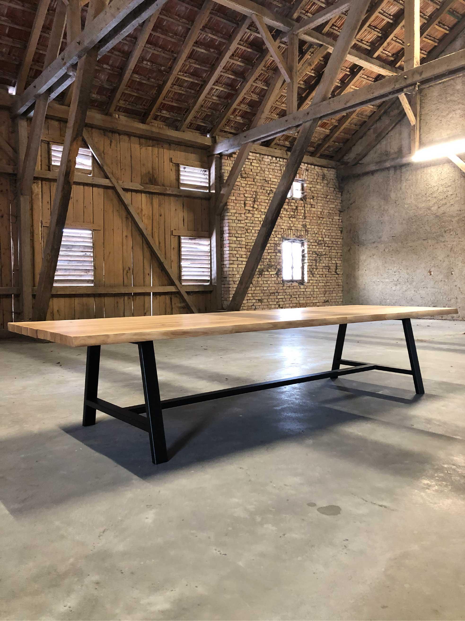 Holztisch steht in Holzhütte