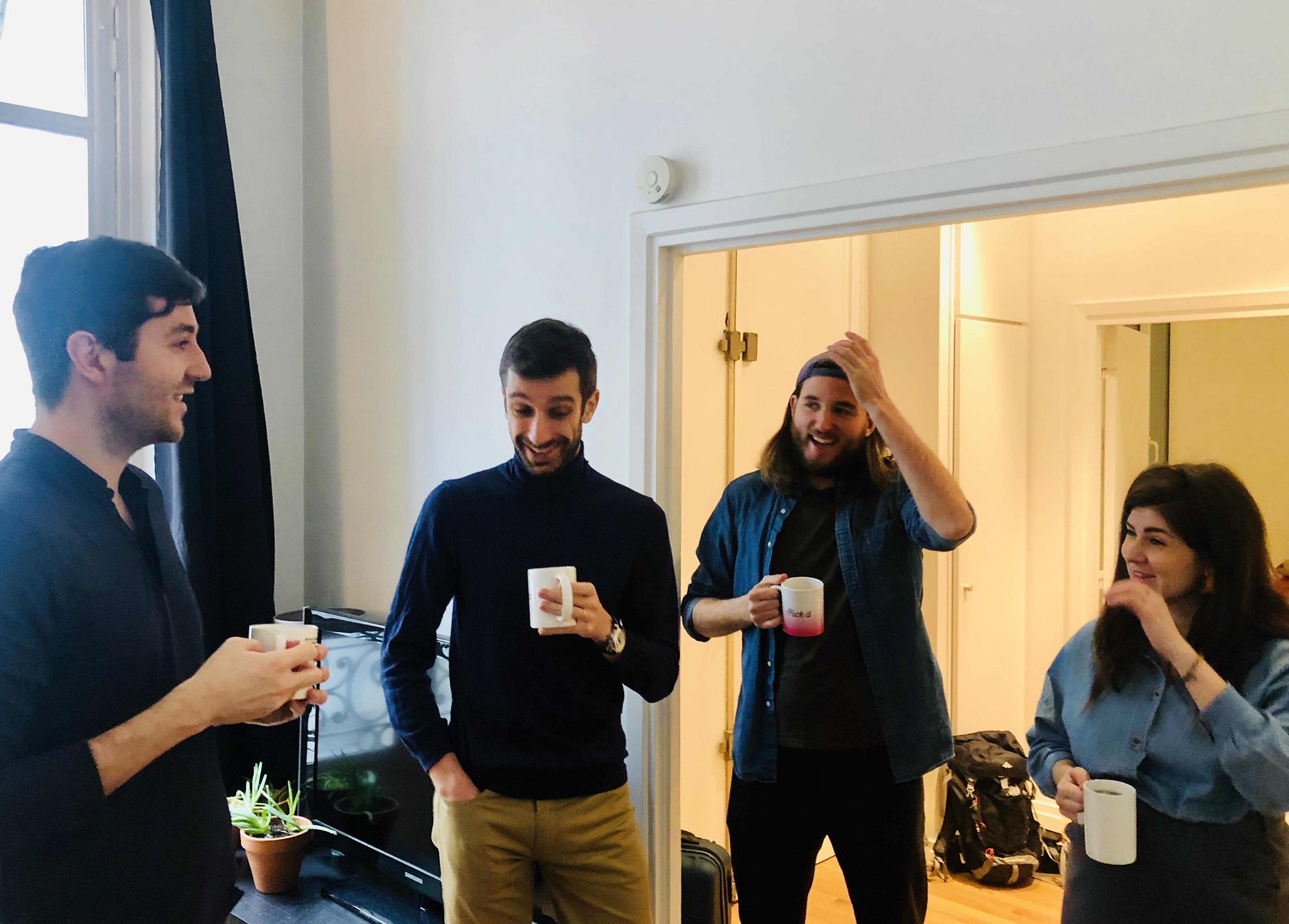 Cette image montre des cowopeurs en train de prendre le café.