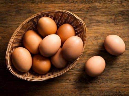 Trứng gà giúp chữa trị mụn đầu đen