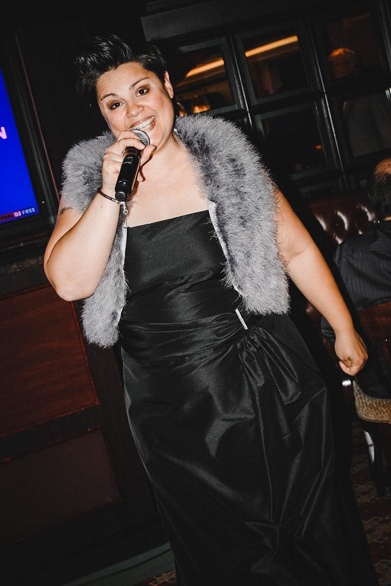 Diana im Abendkleid beim Singen vor der OP