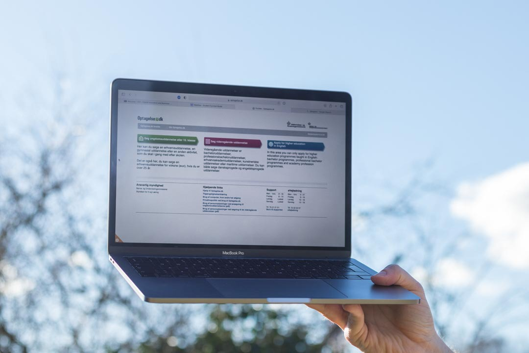 Laptop screen showing Optagelse.dk landing page.