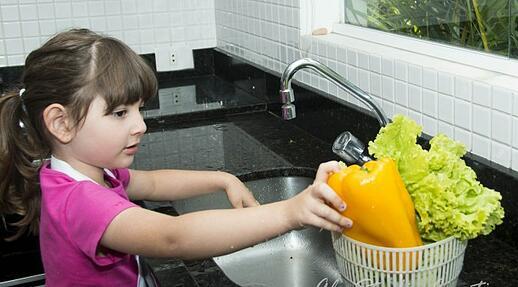 crianca-na-cozinha