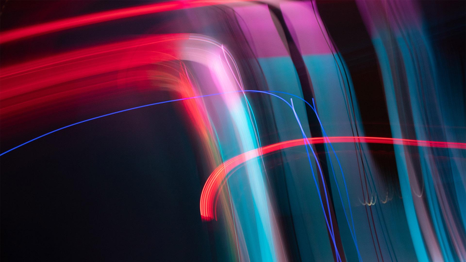 Abstraktes Lichtmuster durch Langzeitbelichtung in Rot und Grün. Symbolbild für Art Direction.