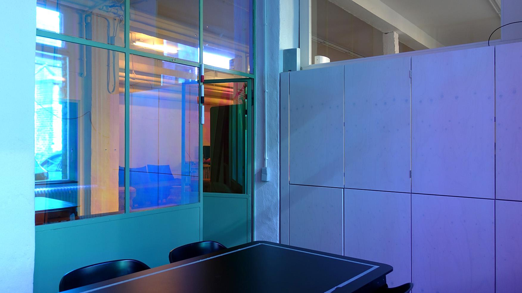 In Farbe getauchter Konferenzraum in der Charlottenstraße in Aachen.