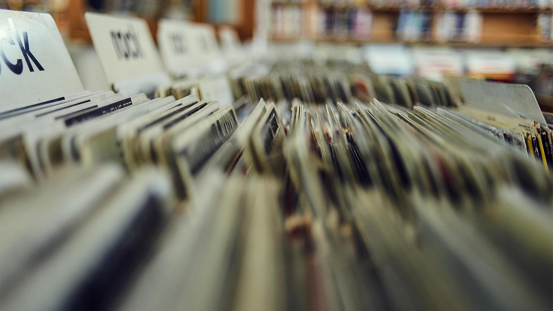Sortiertes Schallplattenregal als Symbolbild für Content Management System.