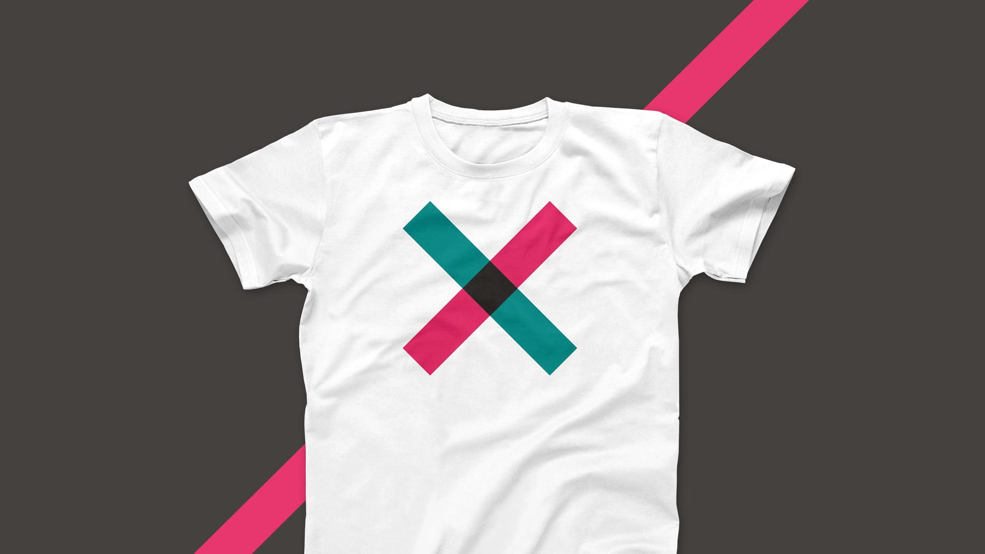 Weißes T-Shirt mit stilisiertem Kreuz aus dem Corporate Design von The Knowledge.