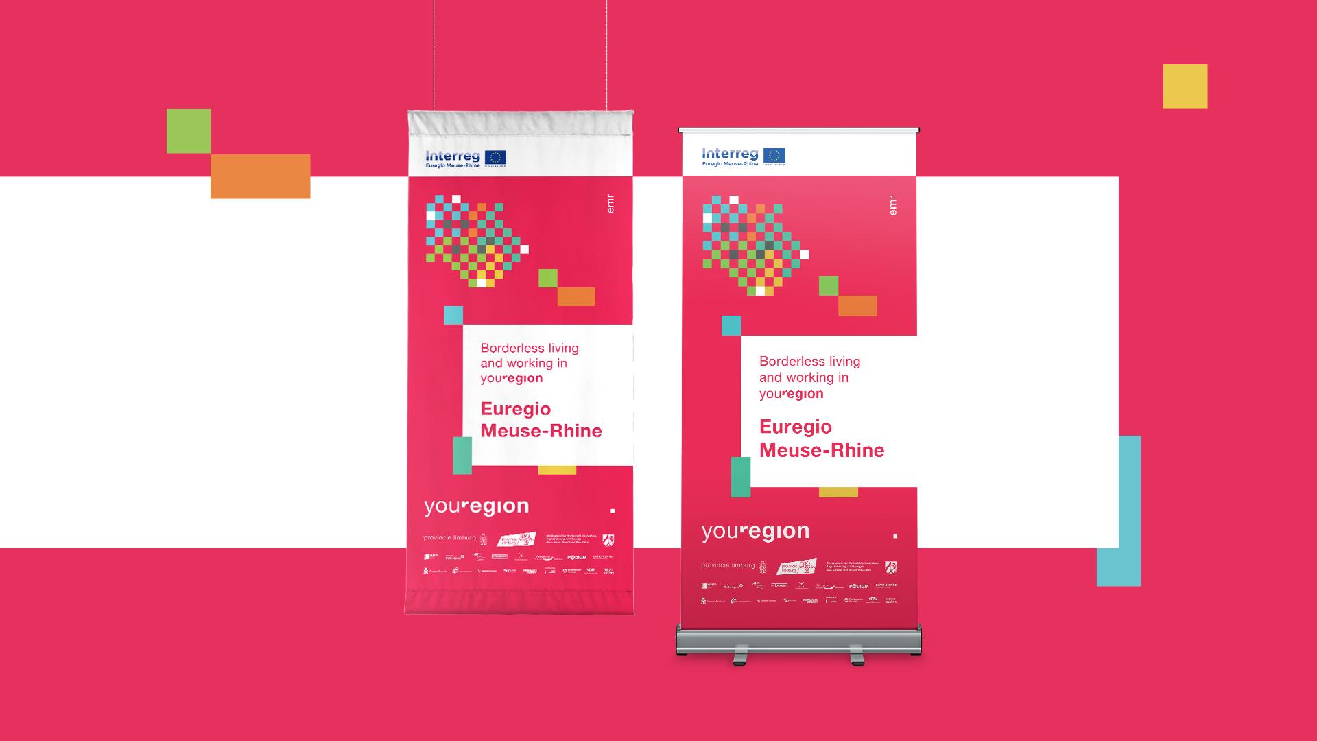 """Flagge und Rollup des Interreg Euregio Maas-Rhein Projektes youRegion, jeweils mit dem Titel """"Borderless living and working in youRegion""""."""