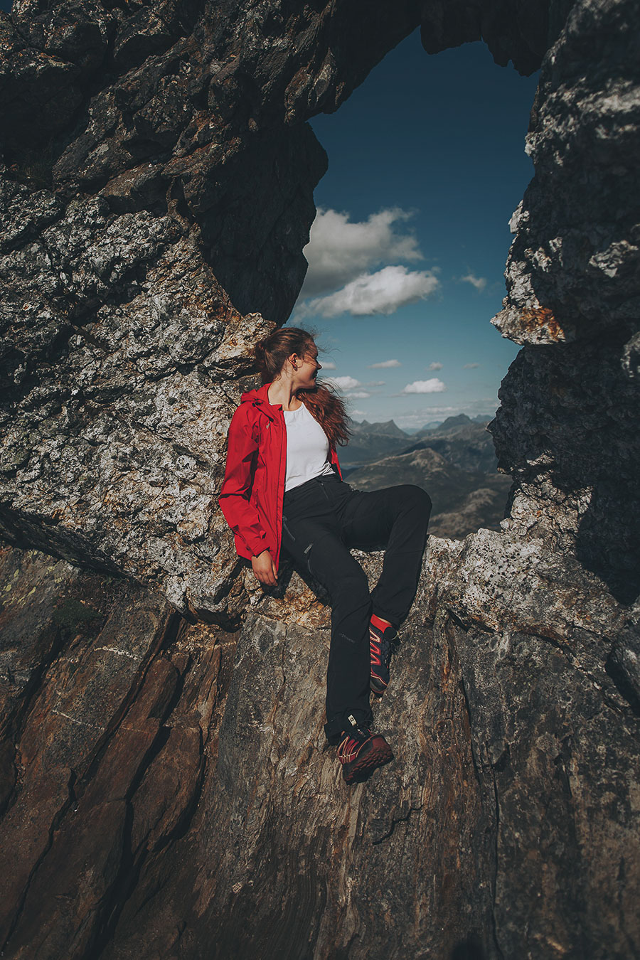 A girl in a red jacket enojying the mountain view from Steigtinden