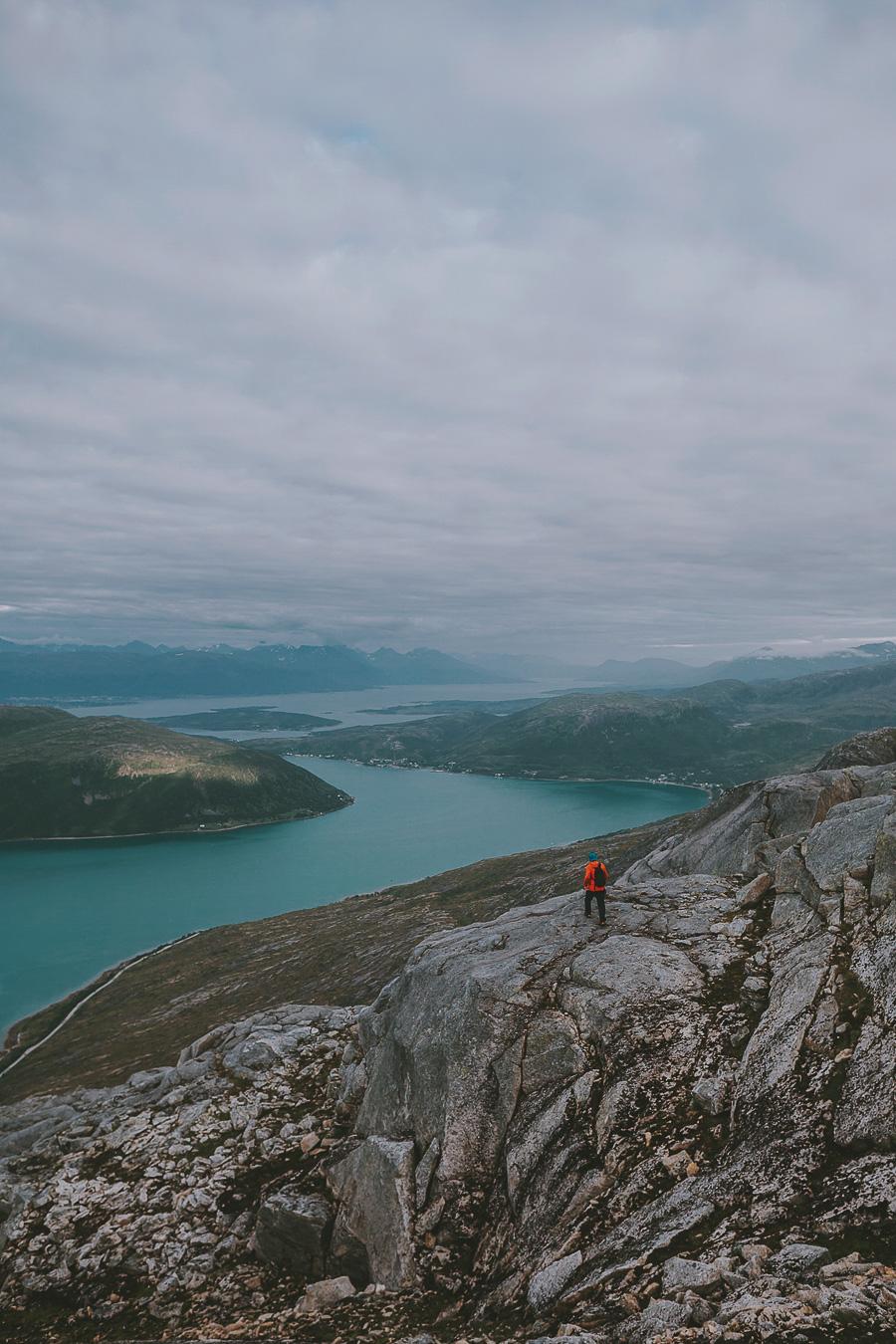 Man hiking to Store blåmann