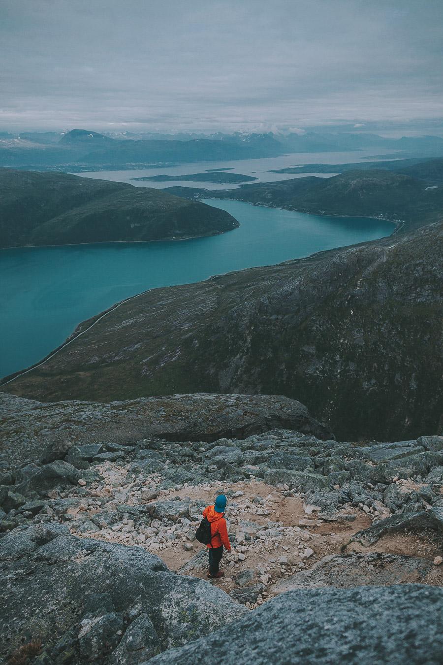 Man in orange jacket hiking to Store blåmann