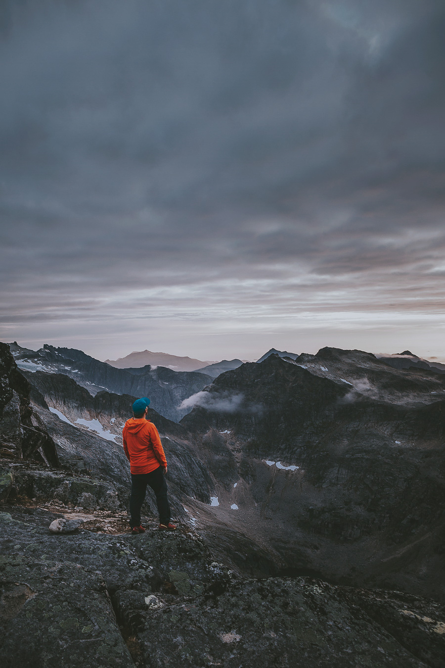 Man in orange jacket on the top of Store blåmann