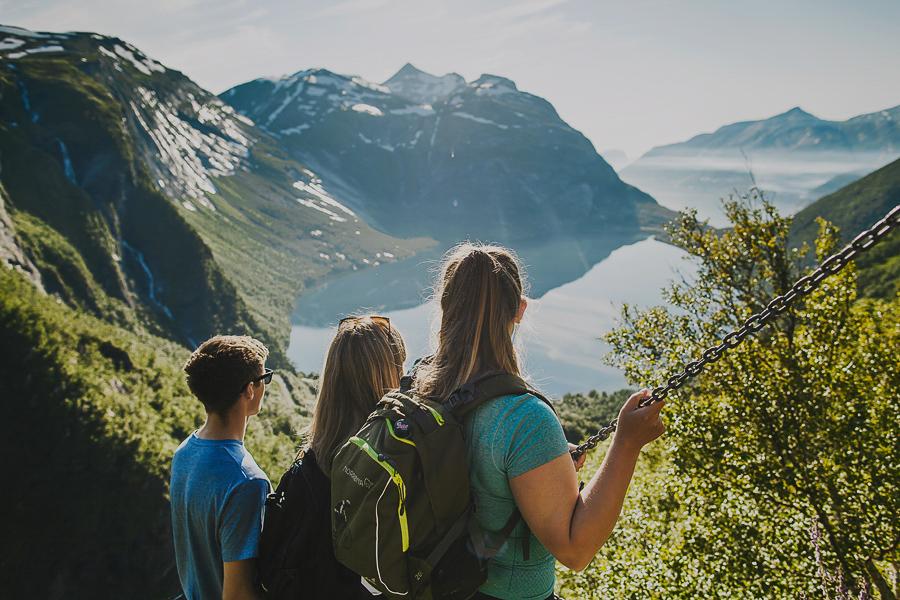 People hiking Fykantrappa