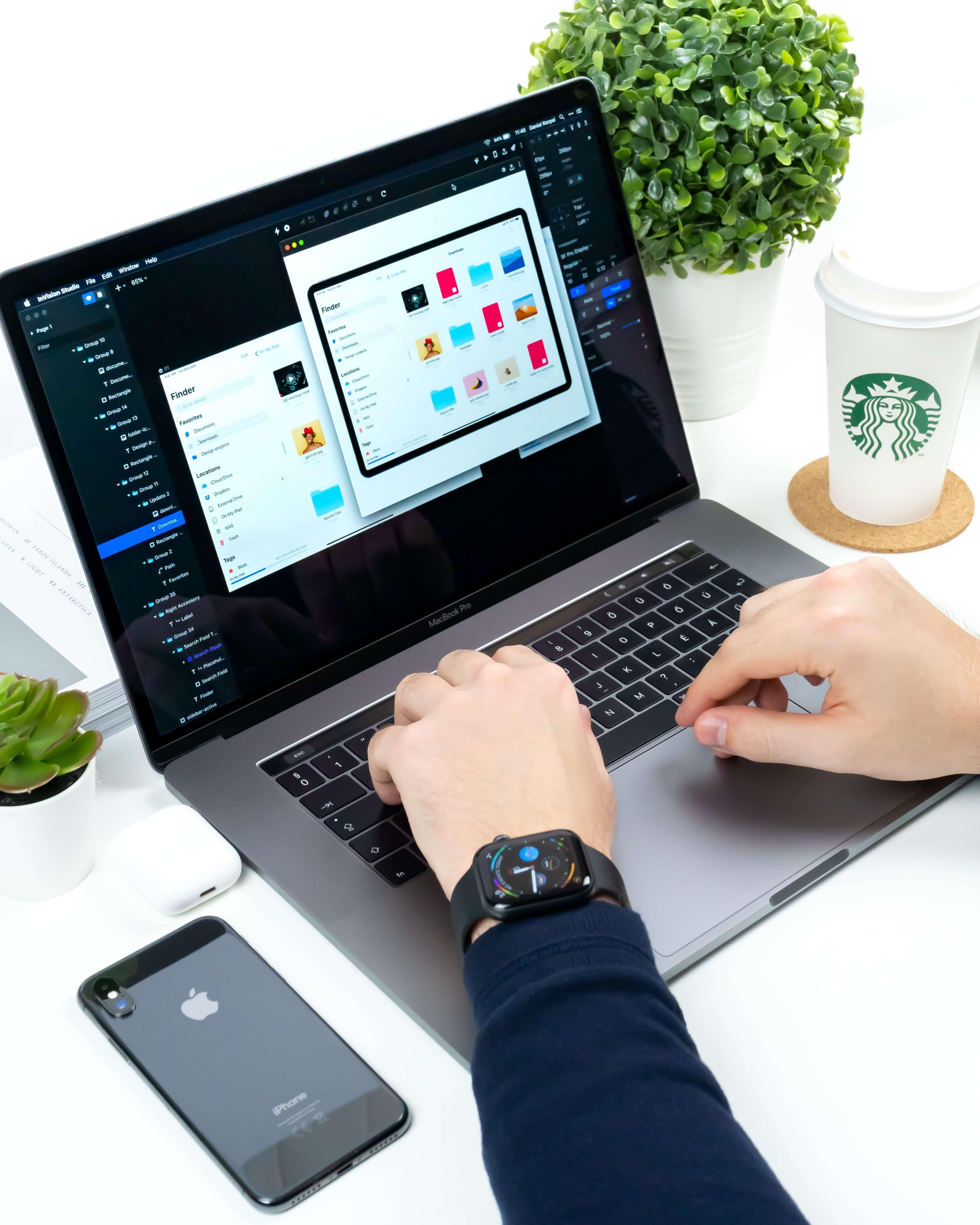 macbook avec interface de design web