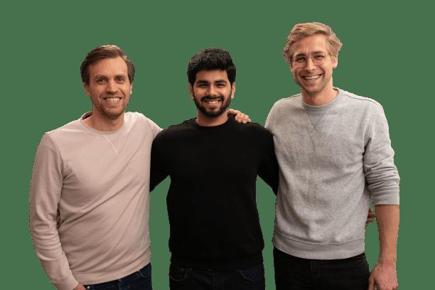 Marc Zwiebler, Santosh Dhirwani und Bodo von Brockdorff stehen Arm in Arm