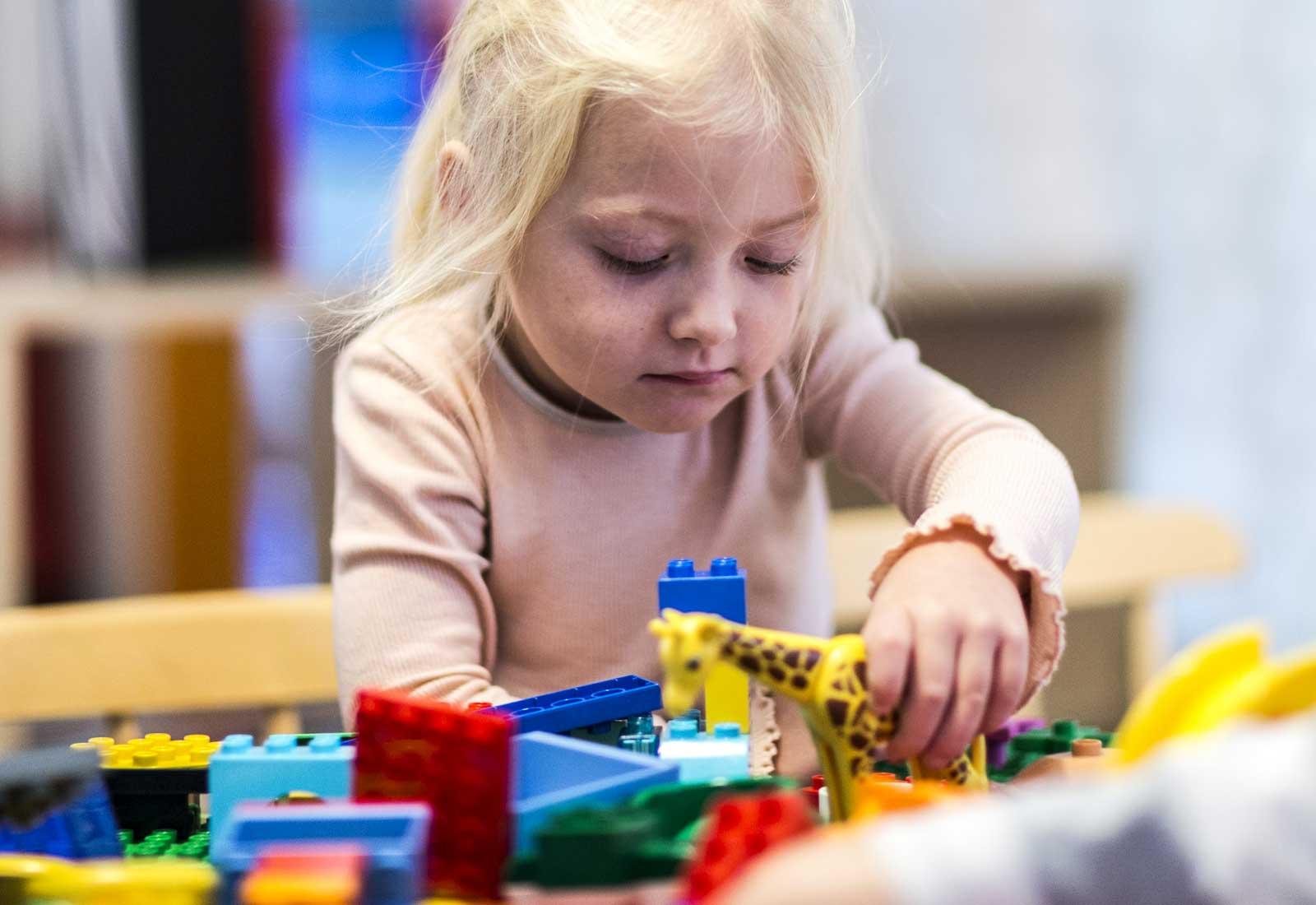 En tjej  på Thoren Framtid Förskola bygger med Duplo-lego