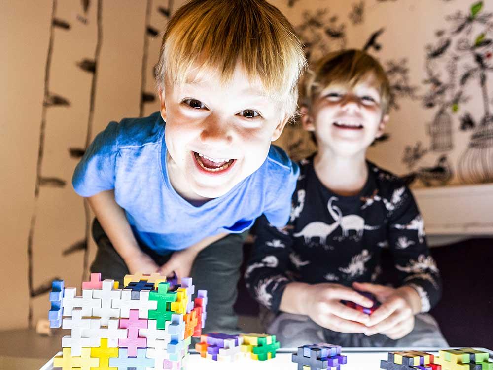 Två killar som bygger med klossar på ett ljusbord
