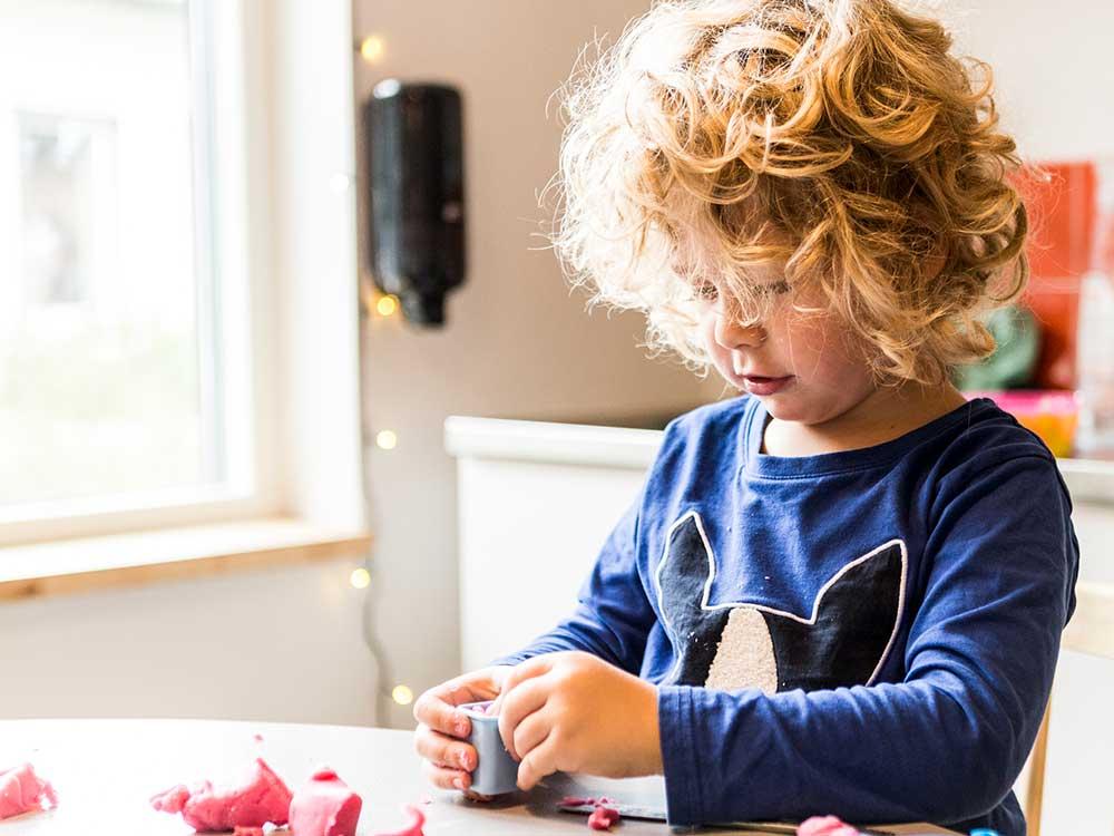 Ett barn som leker med modellera