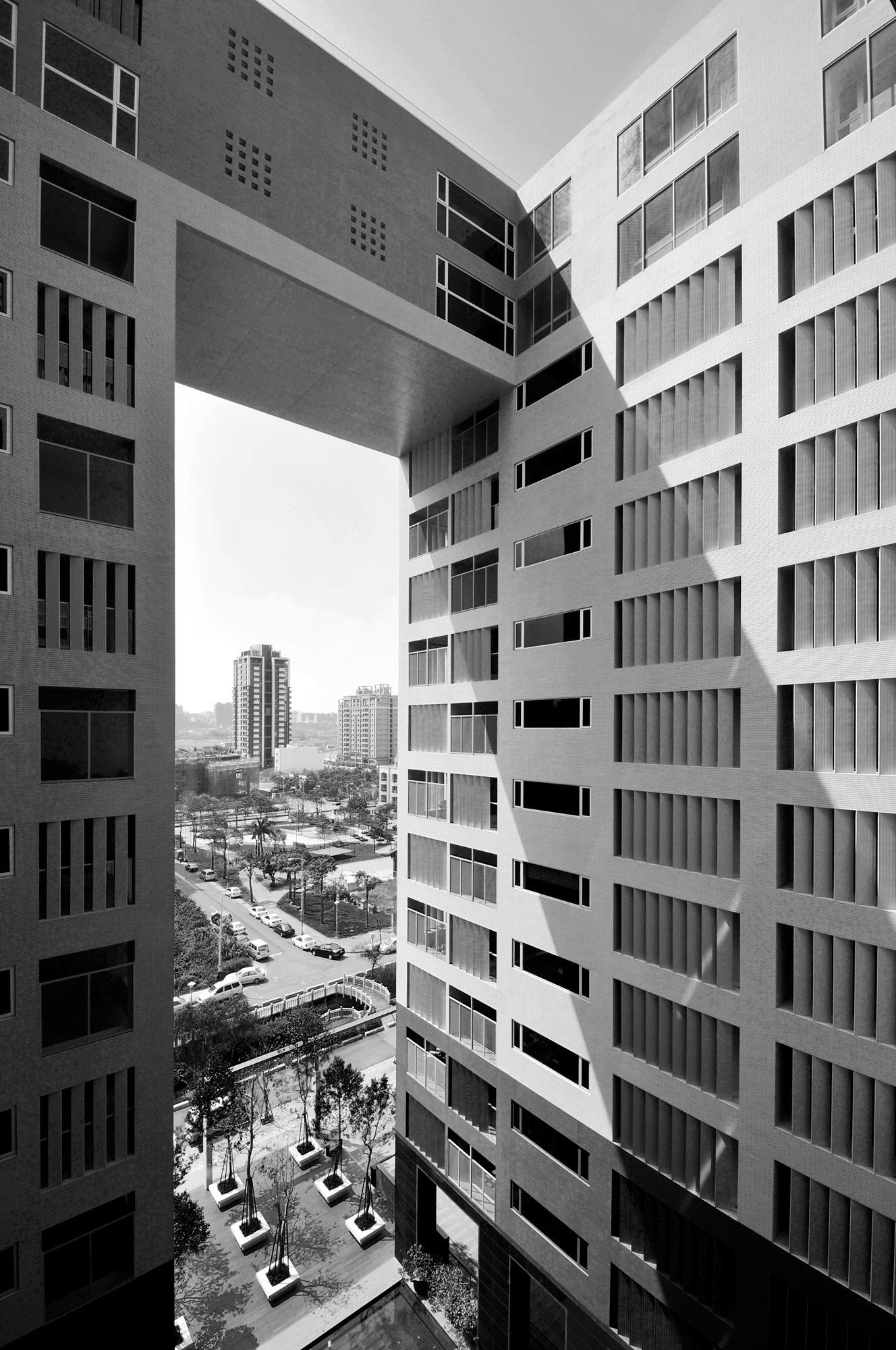 竹北原見築大樓外觀向外眺望