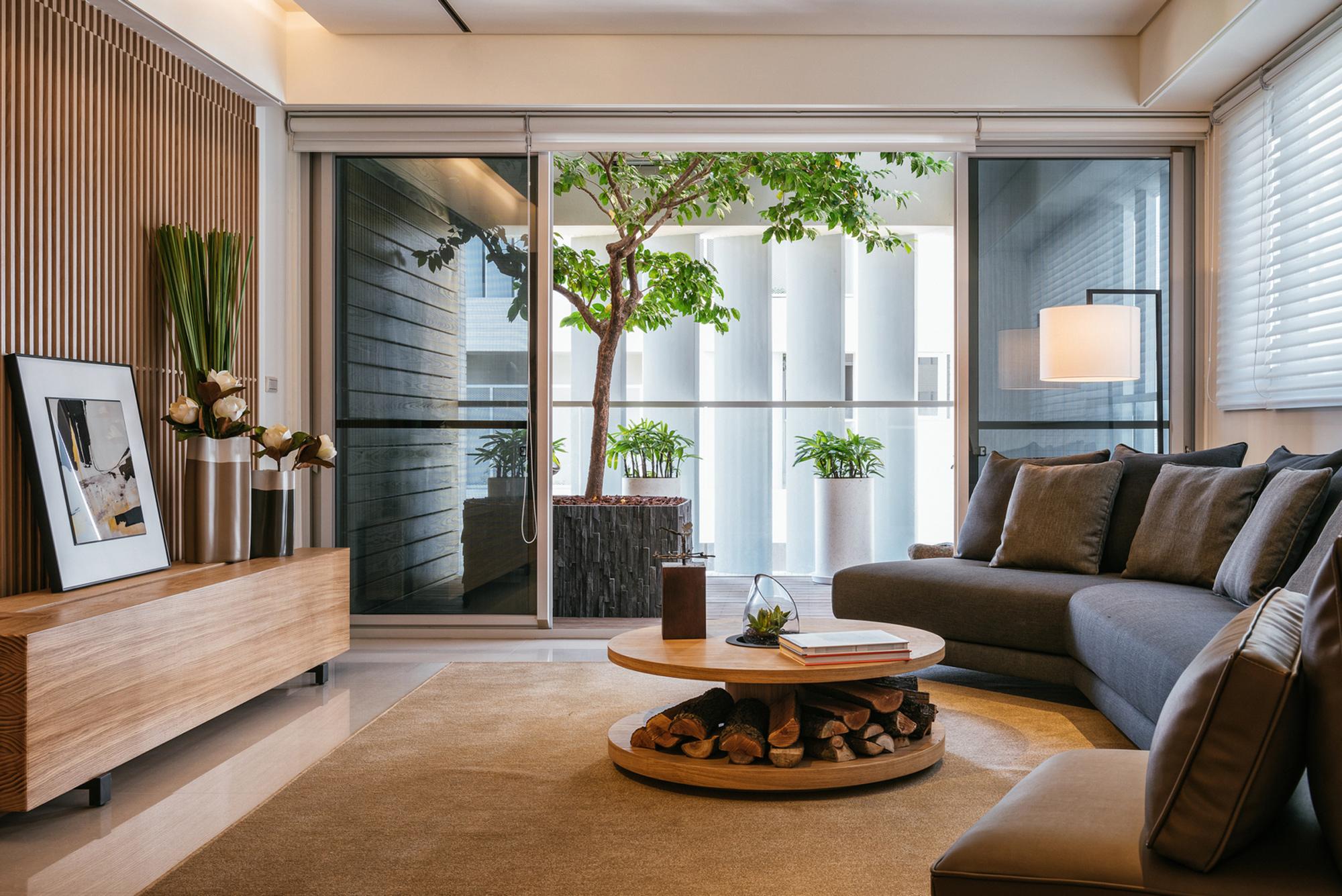 竹北原見築室內庭院中植樹