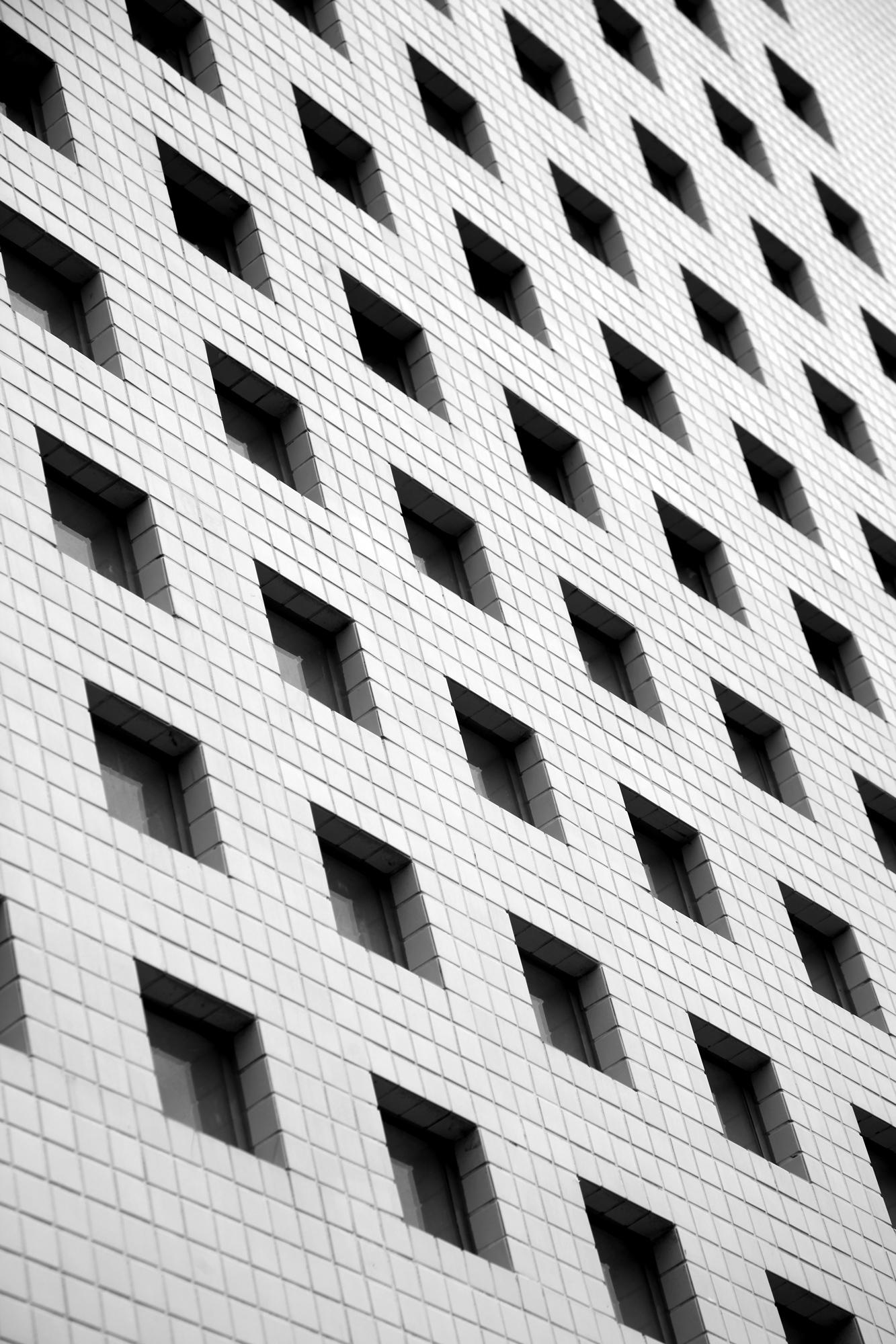 竹北惠友遠見大樓樓梯外觀黑白