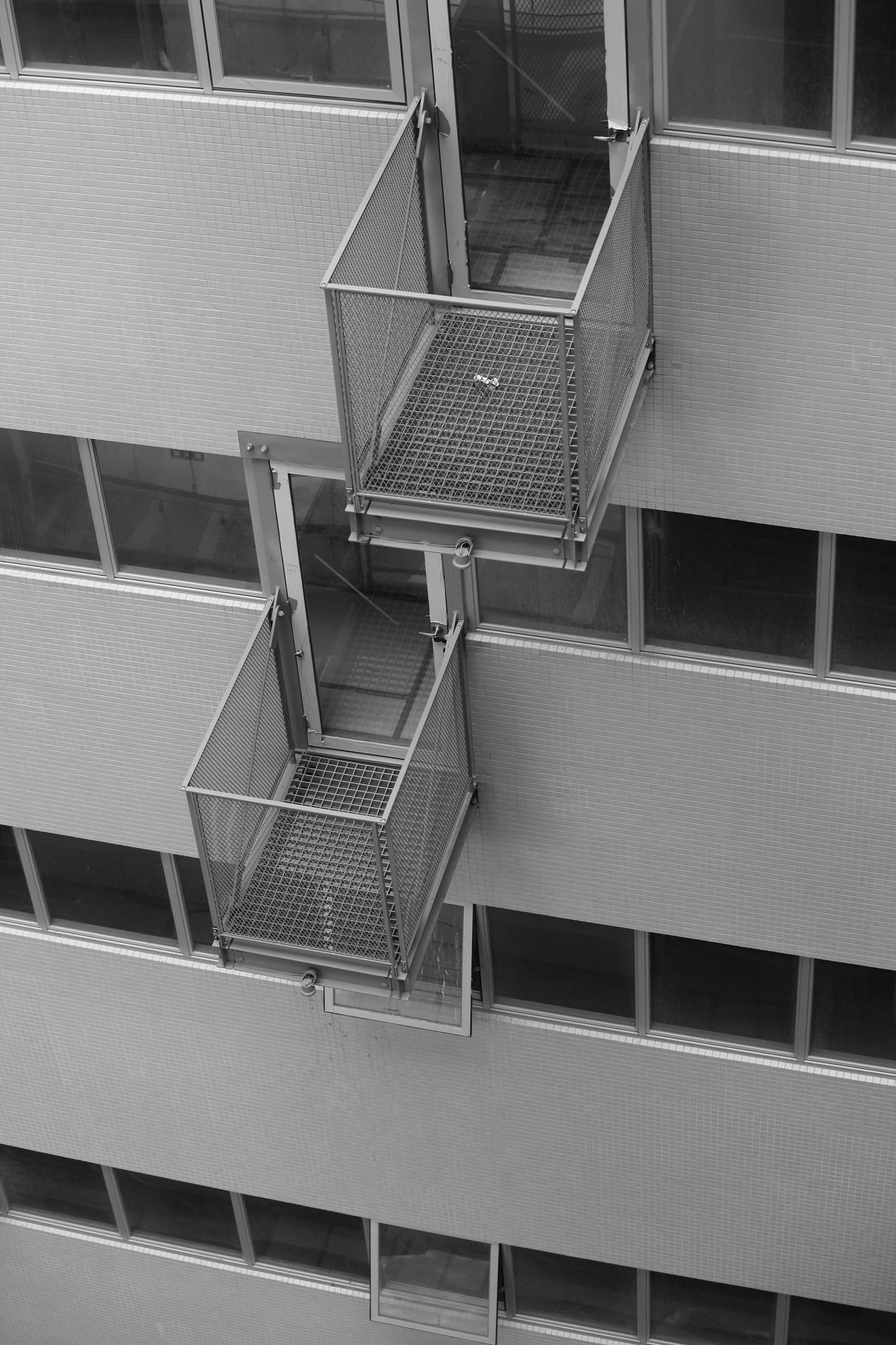 惠友遠見辦公層走廊上有突出大樓內部立面的單人陽台