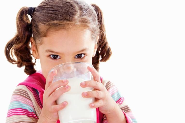 Không nên cho trẻ uống hơn 500ml sữa mỗi ngày