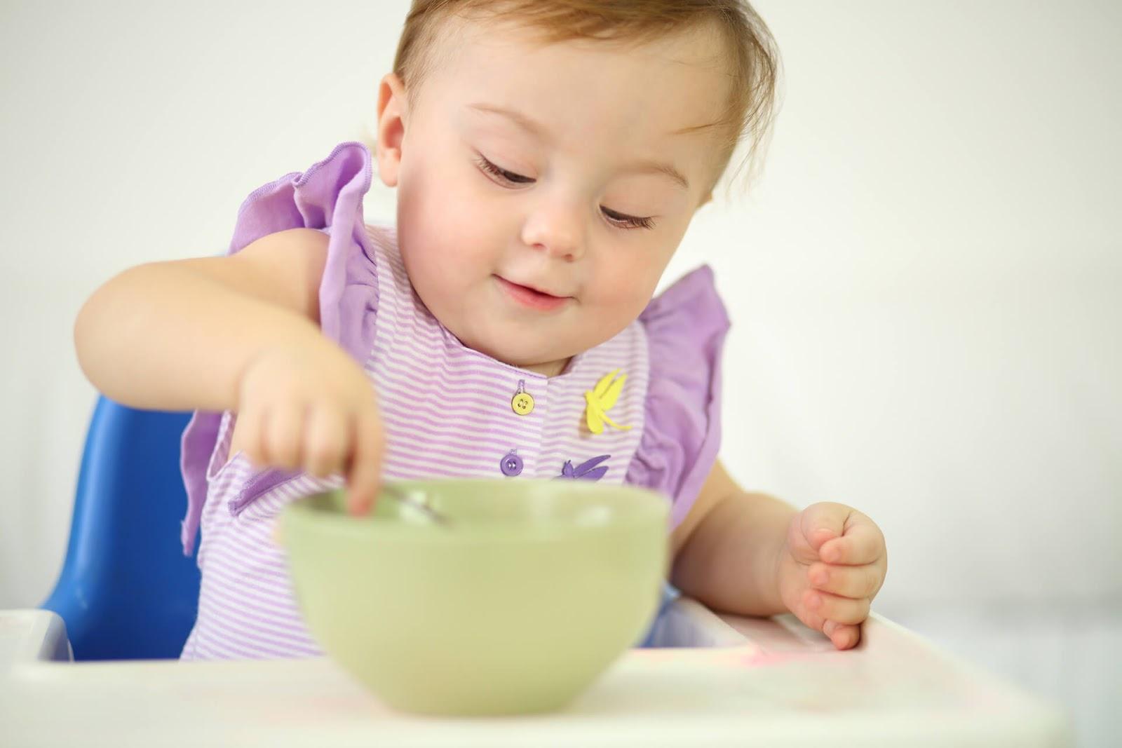 Trẻ cần tập trung khi ăn