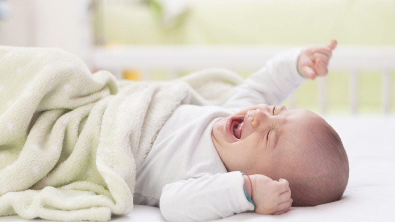 Nguyên nhân bé đang ngủ tự nhiên khóc thét lên là gì?