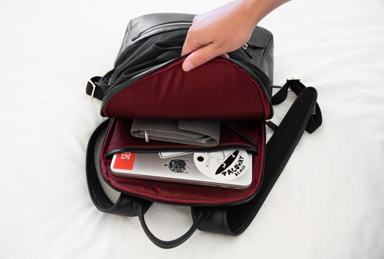travel-blogger-whats-in-my-bag-ism-backpack-laptop
